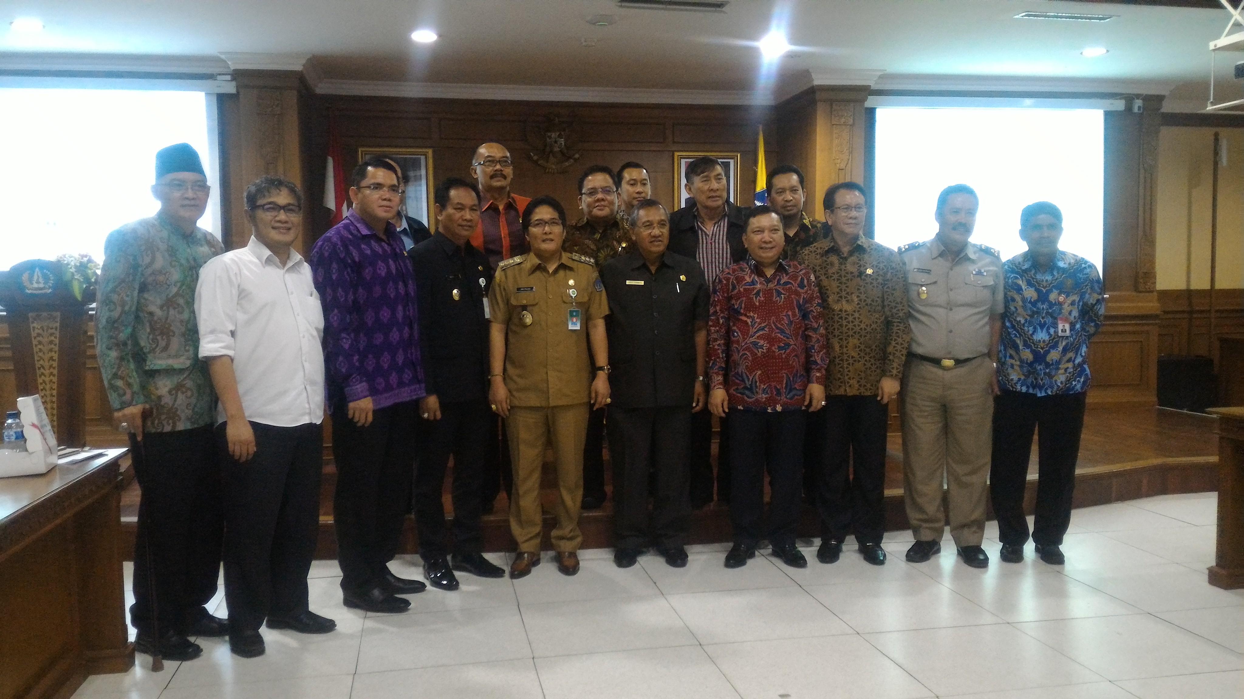Bupati Badung I Nyoman Giri Prasta berfoto bersama anggota Komisi II DPR, di Badung, Bali, Senin (27/2) siang. (Foto: Edi N/Humas)
