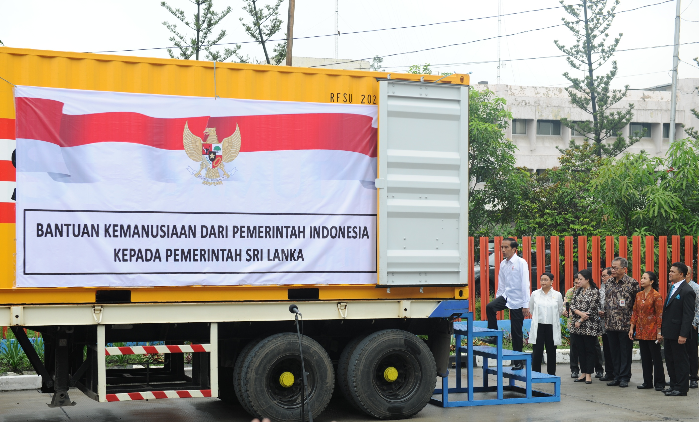 President Jokowi witnessed the rice aid to be sent to Sri Lanka before the launching event in the Sunter's Warehouse Region of the Jakarta Regional Division of the State Logistics Agency (Bulog), Kelapa Gading, Tuesday (14/2) morning. (Photo: JAY/PR)