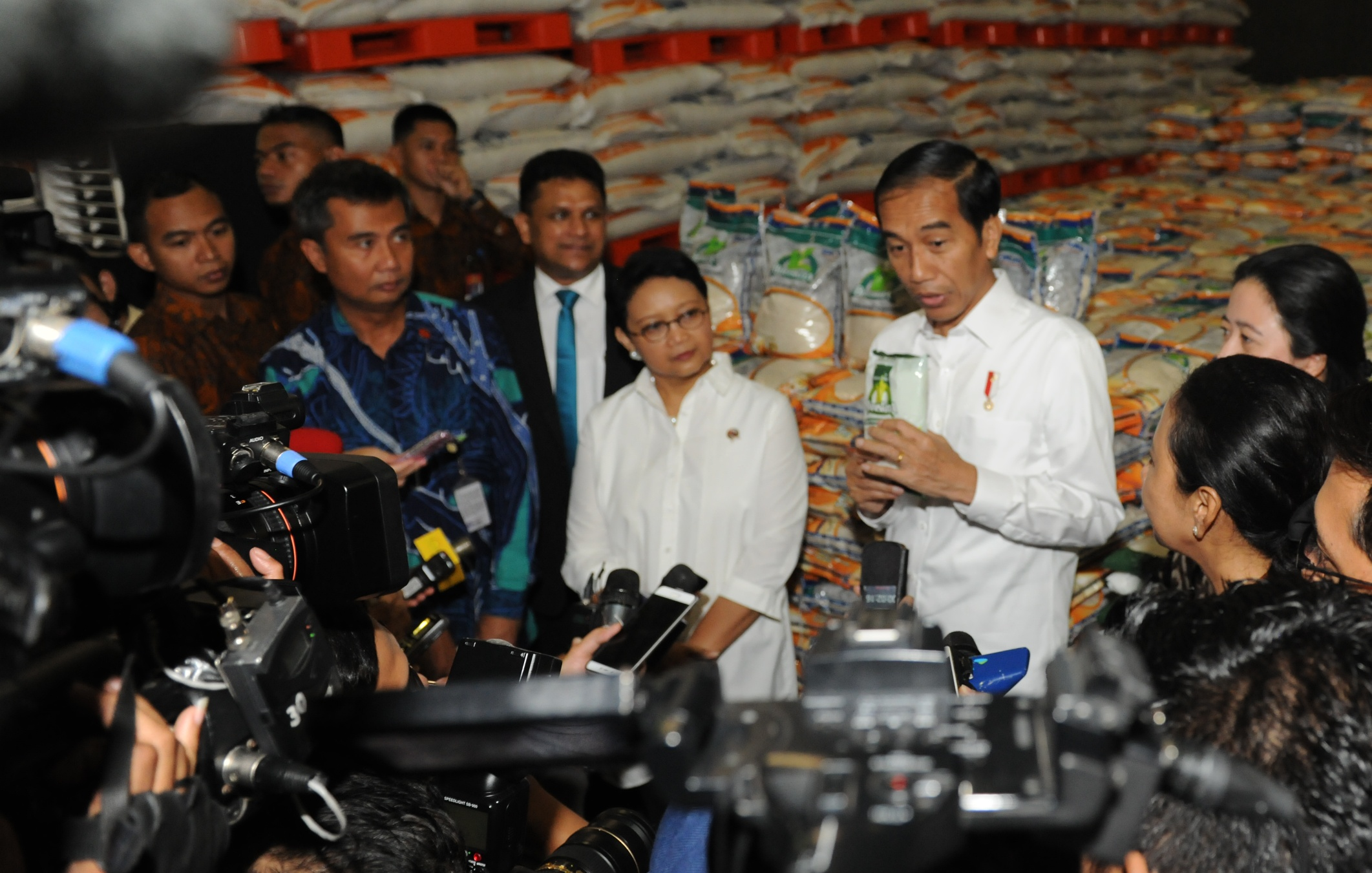 President Jokowi responds to the journalists' questions after sending off the rice donation to Sri Lanka, at Bulog Warehouse in Sunter, Kelapa Gading, Jakarta, on Tuesday (14/2) (Photo: JAY/PR)