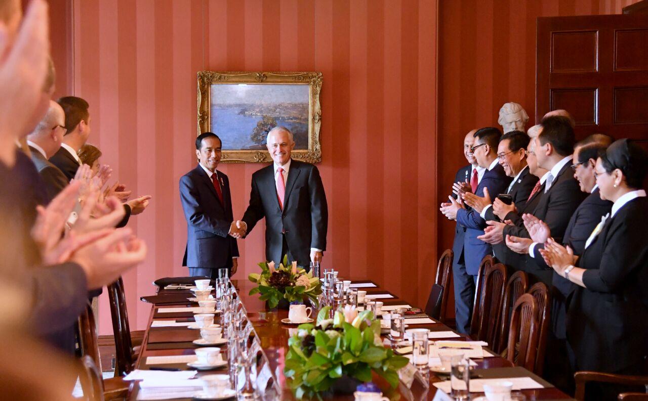 Presiden Jokowi dan PM Turnbull bersama delegasi kedua negara melaksanakan pertemuan bilateral di Sydney, Australia, Minggu (26/2). (Foto: BPMI/Laily)