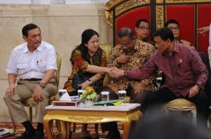Menko PMK Puan Maharani bersalaman dengan Menko Polhukam Wiranto disaksikan Menko Perekonomian Darmin Nasution dan Menko Kemaritiman Luhut Pandjaitan, sebelum sidang kabinet paripurna, di Istana Negara, Jakarta, Rabu (1/2) siang. (foto: JAY/Humas)