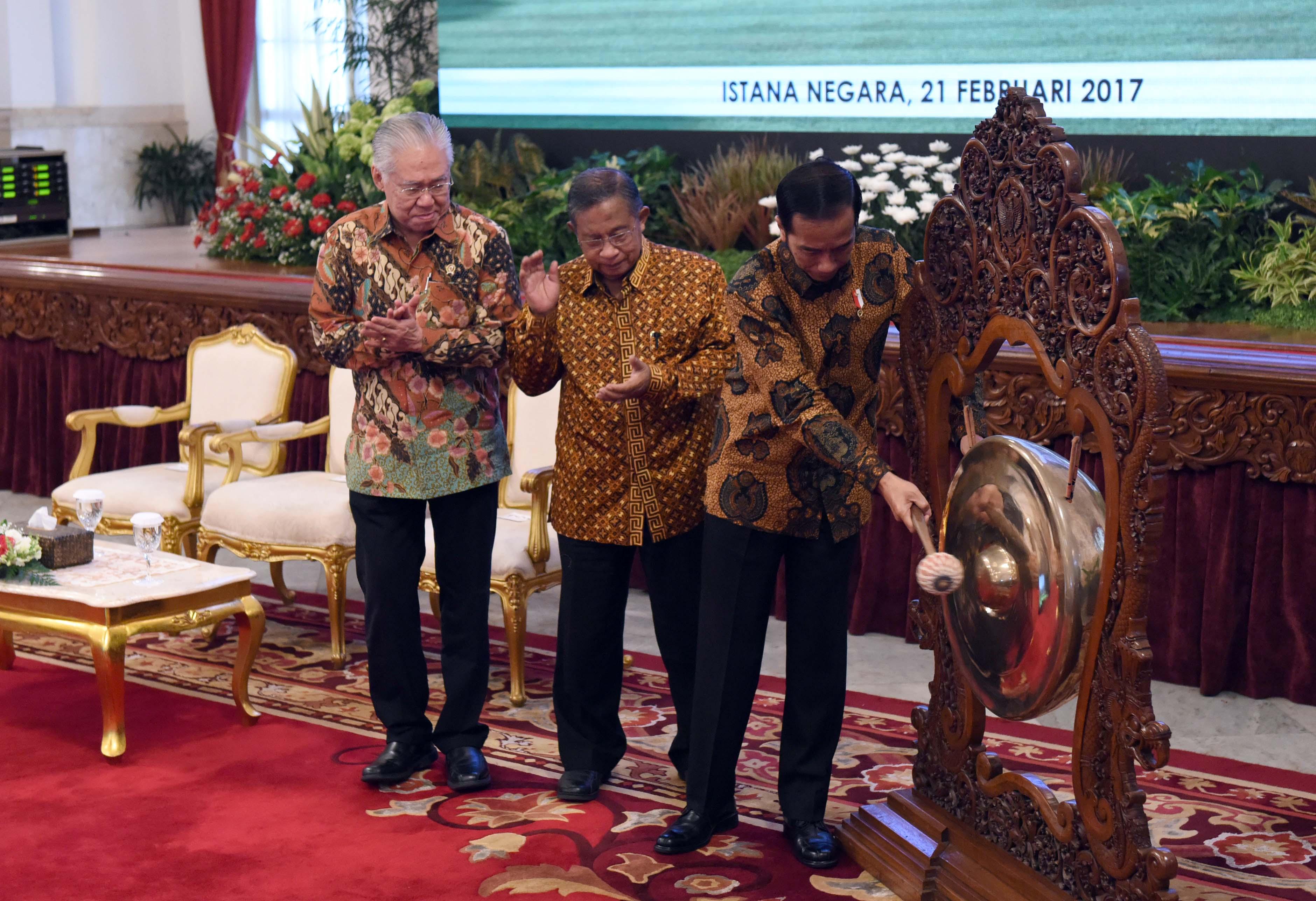 Presiden Jokowi didampingi Menko Perekonomian dan Mendag memukul gong tanda dimulainya Raker Kementerian Perdagangan 2017, di Istana Negara, jakarta, Selasa (21/2) pagi. (Foto: JAY/Humas)