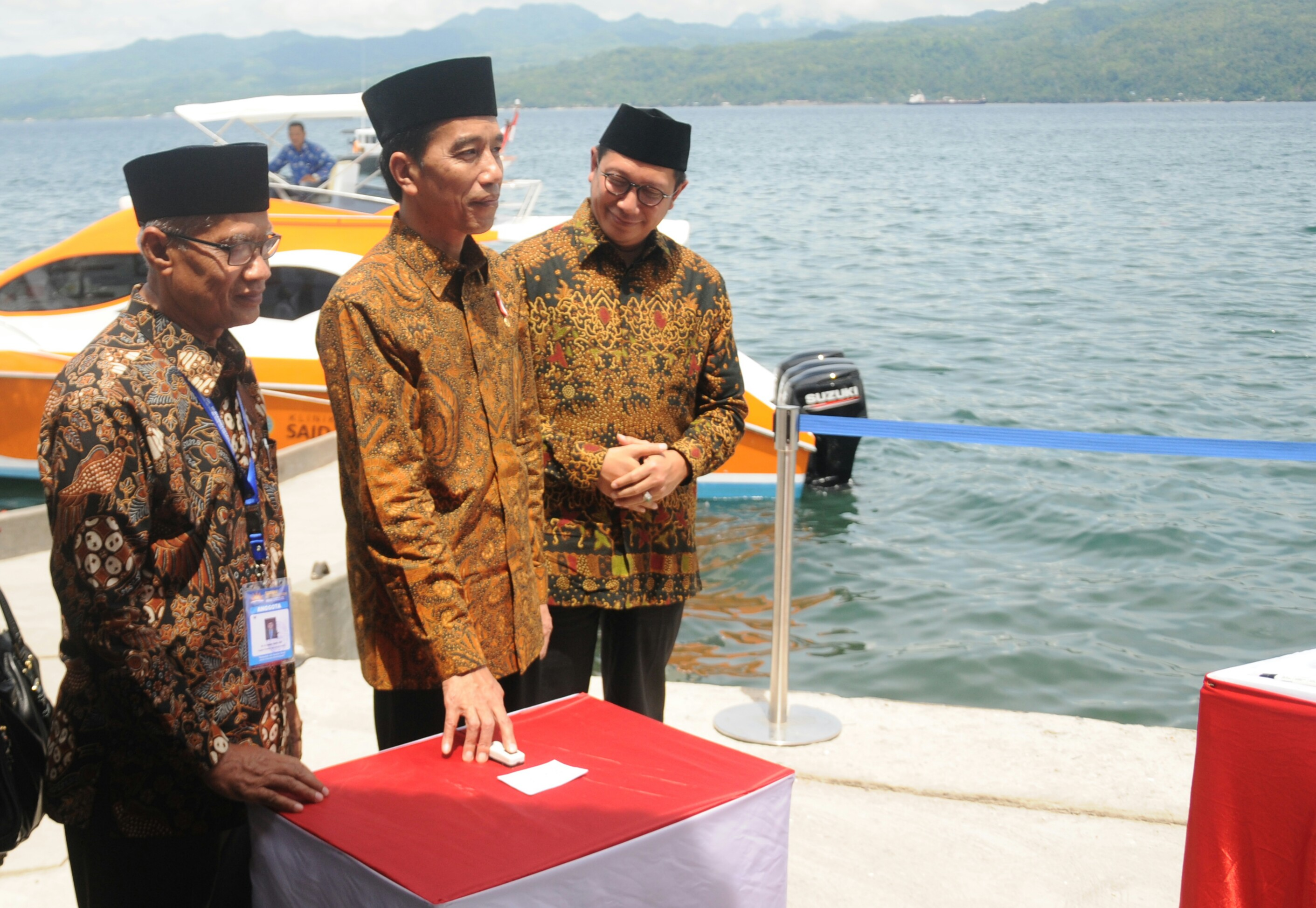 Presiden saat meresmikan klinik apung di Ambon, Maluku (24/2). (Foto: Humas/Rahmat)