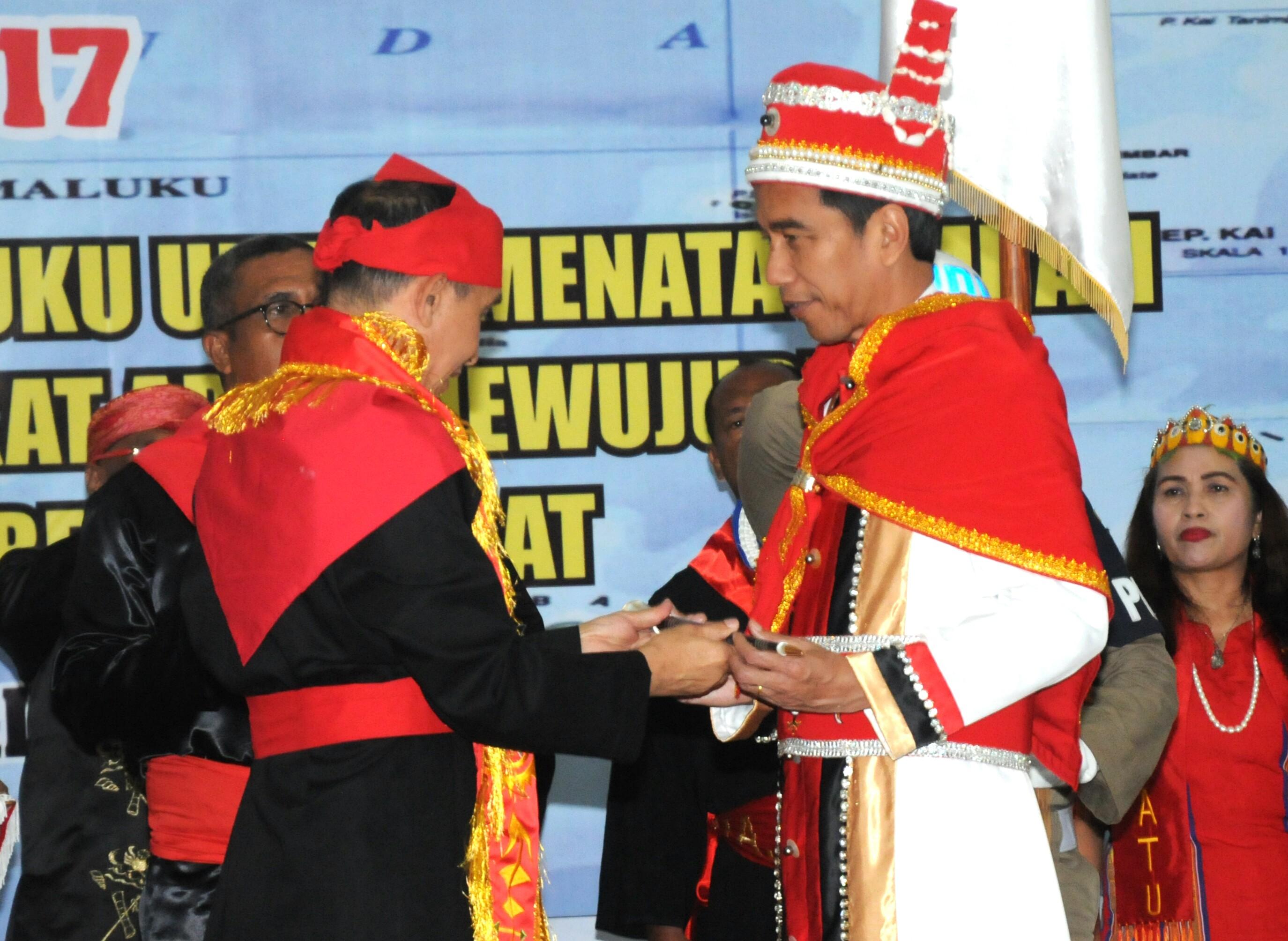 """Presiden Jokowi saat menerima Penganugerahan Gelar Adat Kehormatan """"Upu Kalatia Kenalean Da Ntul Po Deyo Routnya Hnulho Maluku"""" oleh Ketua Majelis Latupati Provinsi Maluku, Jumat (24/2). (Foto: Humas/Rahmat)"""