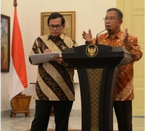 Coordinating Minister for the Economy Darmin Nasution and Cabinet Secretary Pramono Anung deliver a press statement after a Limited Meeting on Tuesday (31/1), at the Bogor Presidential Palace, West Java