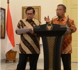 Menko Perekonomian dan Seskab menjelaskan kepada wartawan hasil Rapat Terbatas di Istana Kepresidenan Bogor, Jawa Barat (31/1). (Foto: Humas/Deni)