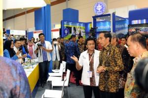 Presiden Jokowi saat meninjau stan pameran usai menghadiri acara Forum Rektor di JCC, Jakarta (2/2). (Foto: Humas/Jay)
