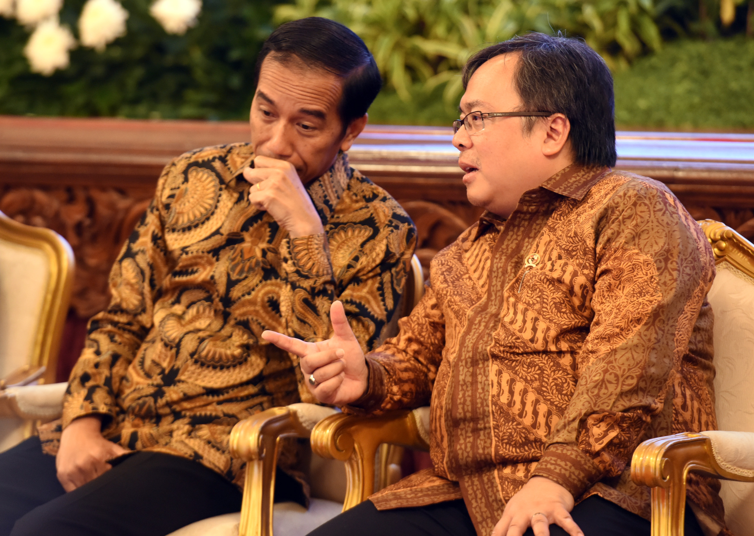President Jokowi has a discussion with Minister of National Development Planning/Head of National Development Planning Agency at the 2017 Financial Closing of PINA, at the State Palace, Jakarta, on Friday (17/2) (Photo: PR/Rahmat)