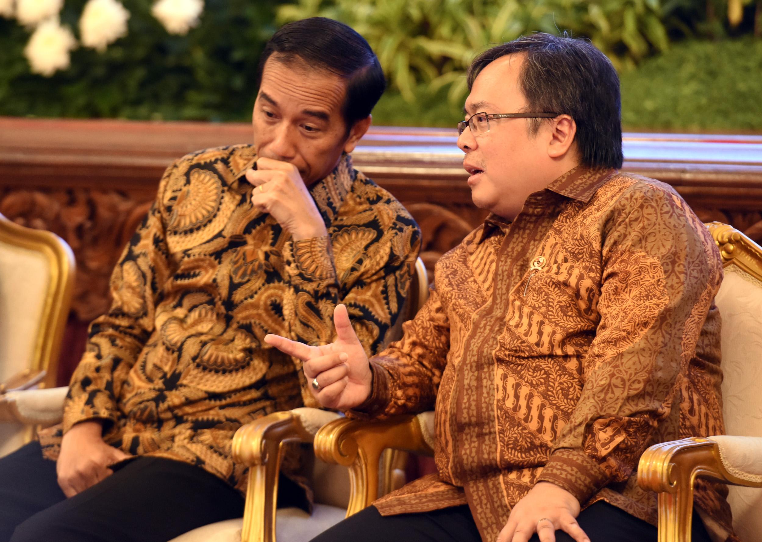 Presiden Jokowi berdiskusi dengan Menteri PPN/Kepala Bappenas dalam acara Financial Closing PINA Tahun 2017, di Istana Negara, Jakarta, Jumat (17/2). (Foto: Humas/Rahmat)