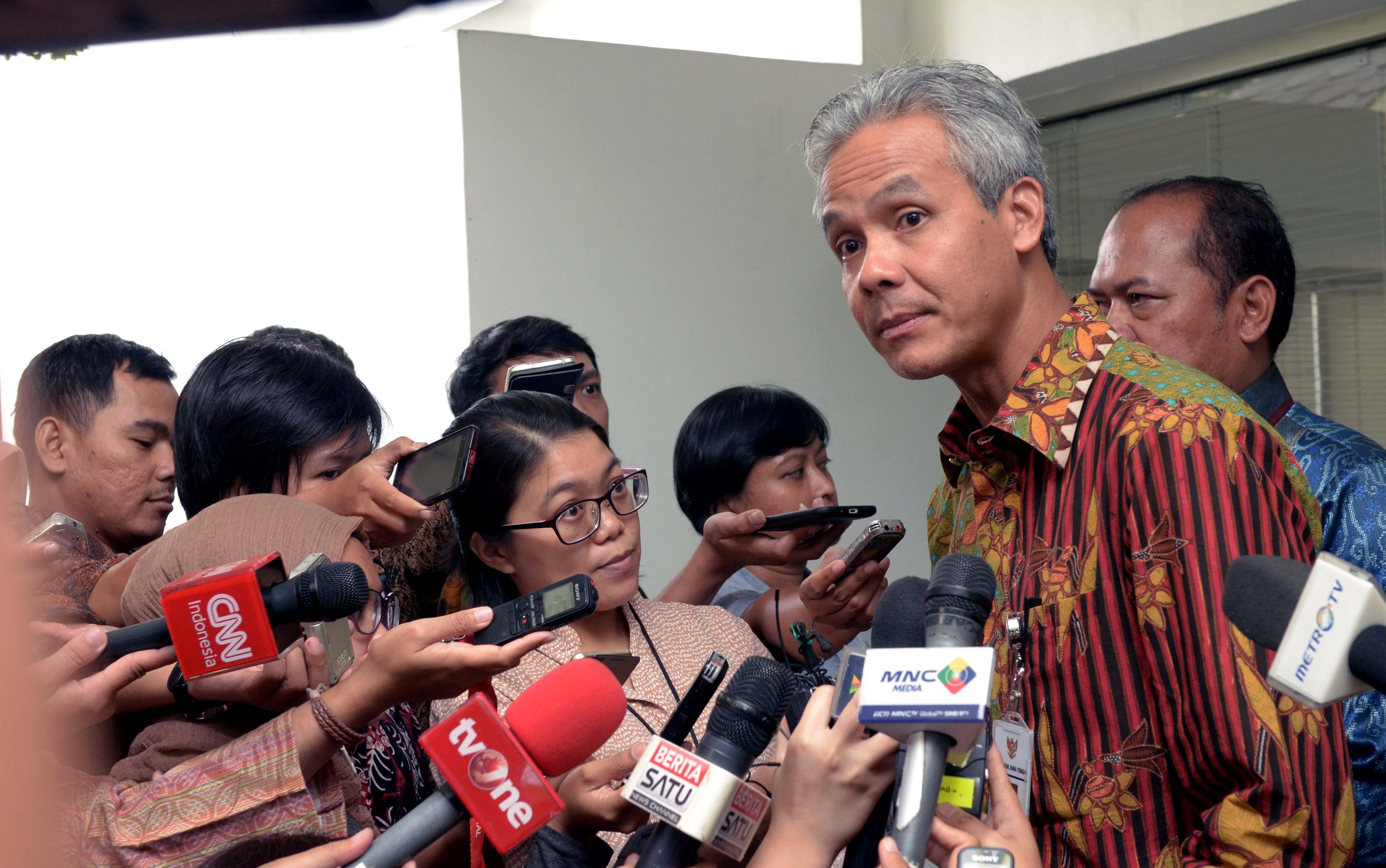 Gubernur Jateng Ganjar Pranowo menjawab wartawan usai mengikuti rapat terbatas, di Kantor Presiden, Jakarta, Selasa (28/2) sore. (Foto: JAY/Humas)