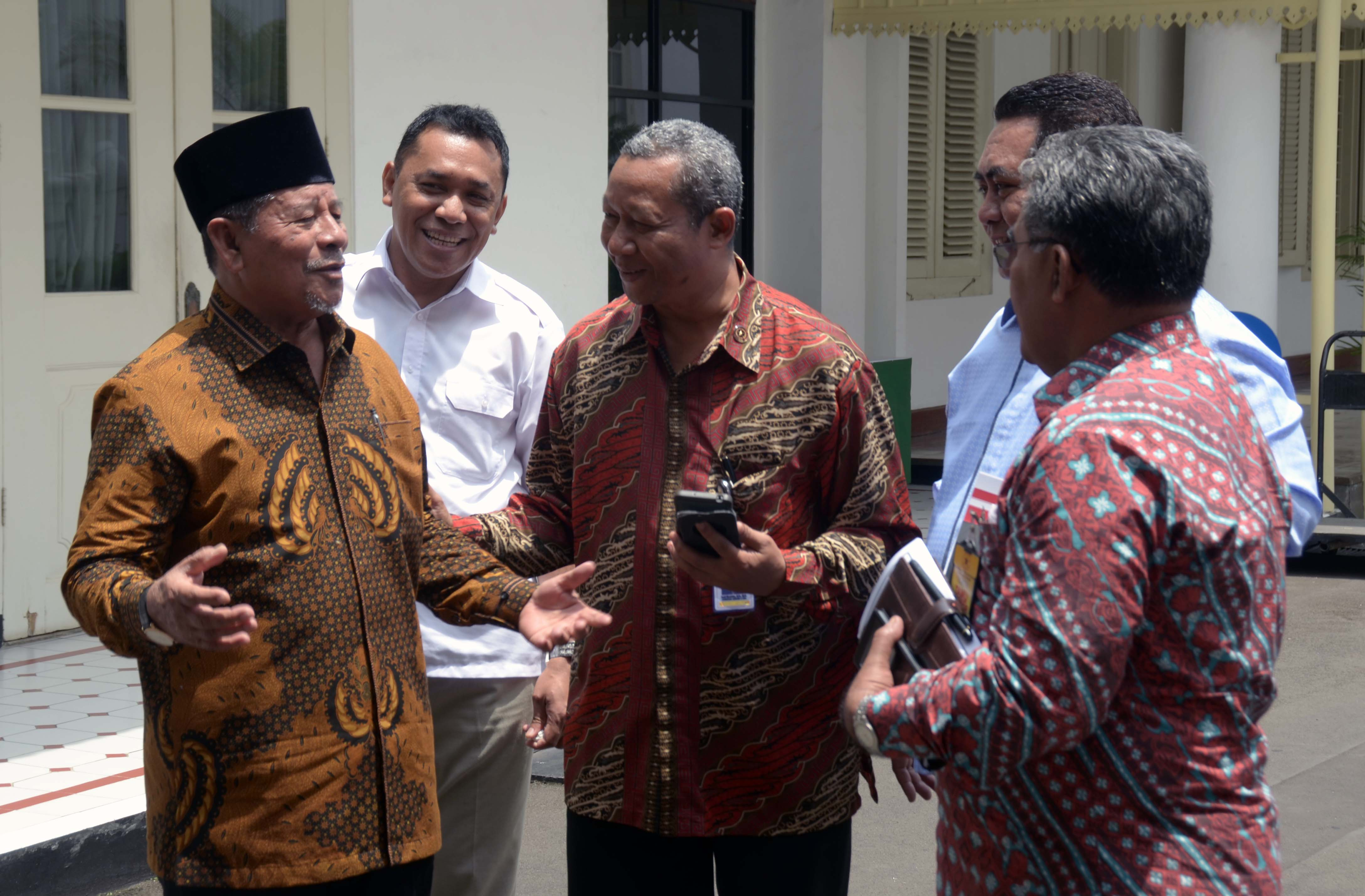 Gubernur Maluku Utara Abdul Ghani Kasuba menjawab wartawan usai rapat terbatas, di Kantor Presiden, Jakarta, Selasa (28/2) siang. (Foto: JAY/Humas)
