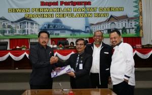 Gubernur Kepri saat pengesahan APBD 2017 di Tanjungpinang (1/2). (Foto: Humas Kepri)
