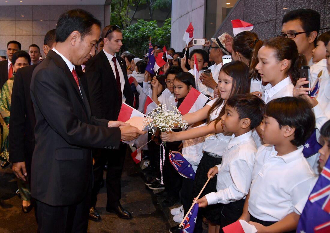 Presiden Jokowi disambut dengan meriah oleh anak-anak saat tiba di Australia. (Foto: Setpres/BPMI)