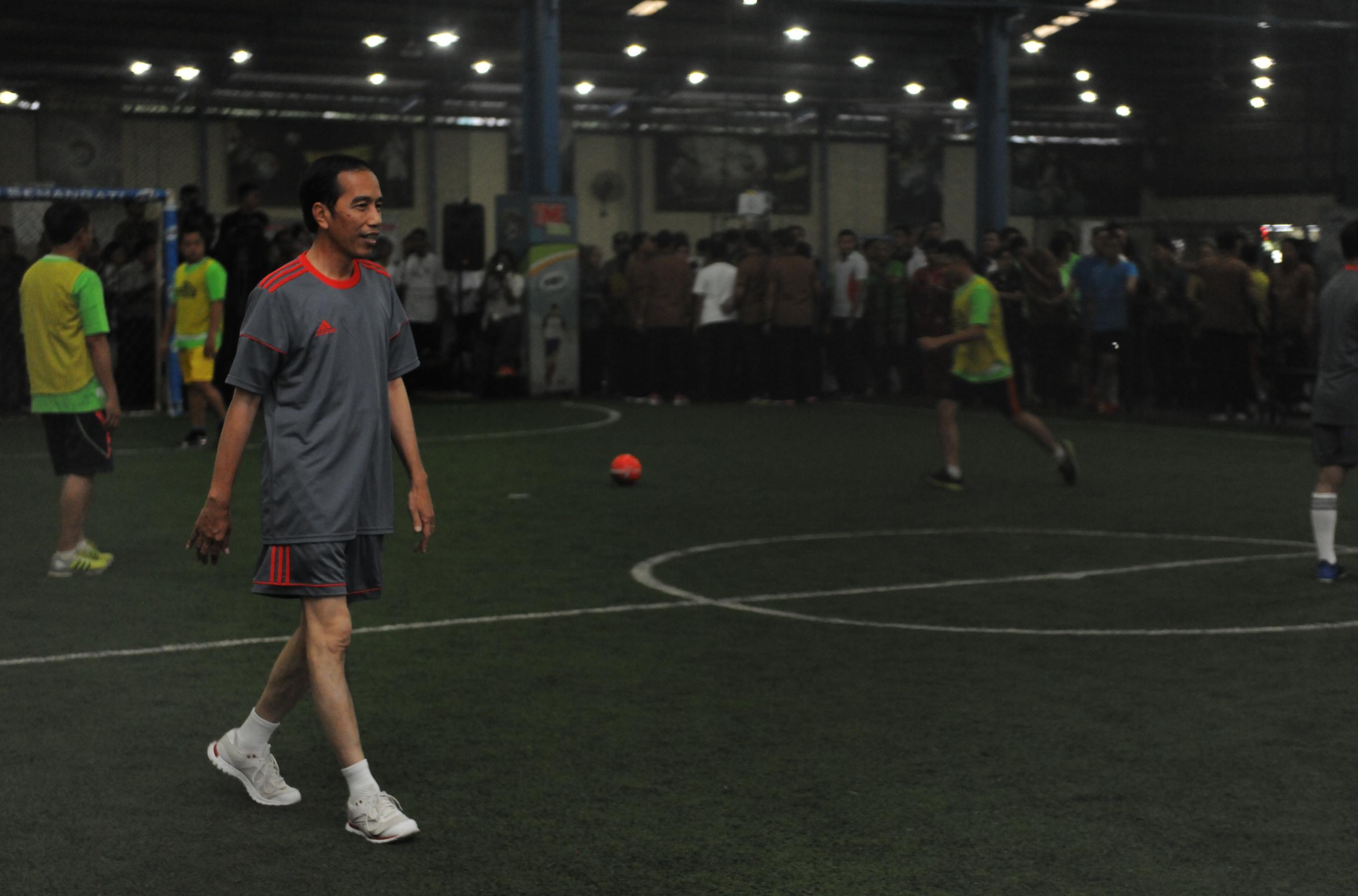 Presiden Jokowi saat ikuti pertandingan futsal persabatan dengan wartawan di Time Futsal, Pegangsaan, Jakarta, Selasa (7/2). (Foto: Humas/Jay)