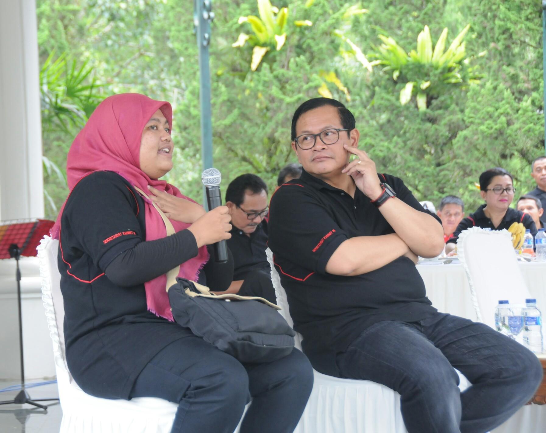 Sesi dialog Seskab bersama pegawai Sekretariat Kabinet dalam Rapat Kerja Setkab di Istana Kepresidenan Cipanas, Jawa Barat, Sabtu (18/2). (Foto: Humas/Deni)