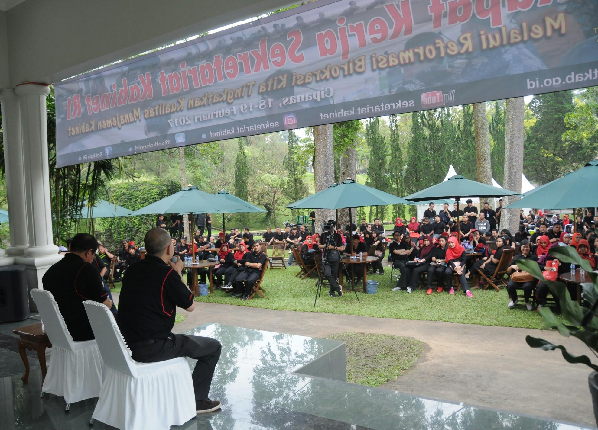 Suasana kekeluargaan dalam sesi dialog dengan Seskab dalam rangkaian acara Rapat Kerja Sekretariat Kabinet di Istana Kepresidenan Cipanas, Jawa Barat, Sabtu (18/2) sore. (Foto: Humas/Deni)