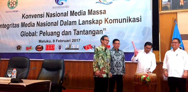 Communications and Informatics Minister Rudiantara witnesses Vice Governor Zeth Sahuburua directly open the National Convention of Mass Media accompanied by Chairman of the Press Council and the Chairman of the Committee of the 2017 National Press Day in Baileo Siwalima HPN, Ambon, Maluku, Wednesday (8/2) morning.