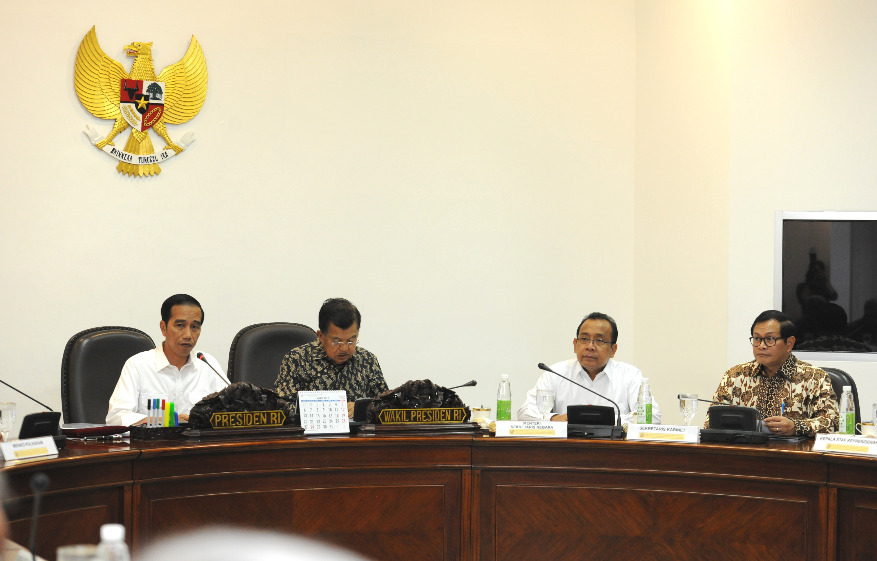 President Jokowi accompanied by Vice President Jusuf Kalla leads the Limited Meeting on LRT construction, at the Presidential Office, Jakarta, Monday (6/1) afternoon. (Photo: PR/Jay)