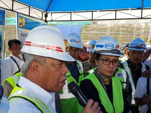 Menteri PUPR Basuki Hadimuljono didampingi Menkeu Sri Mulyani Indrawati meninjau lokasi pembangunan Bendungan Logung, di Kudus, Jateng, Jumat (17/2).