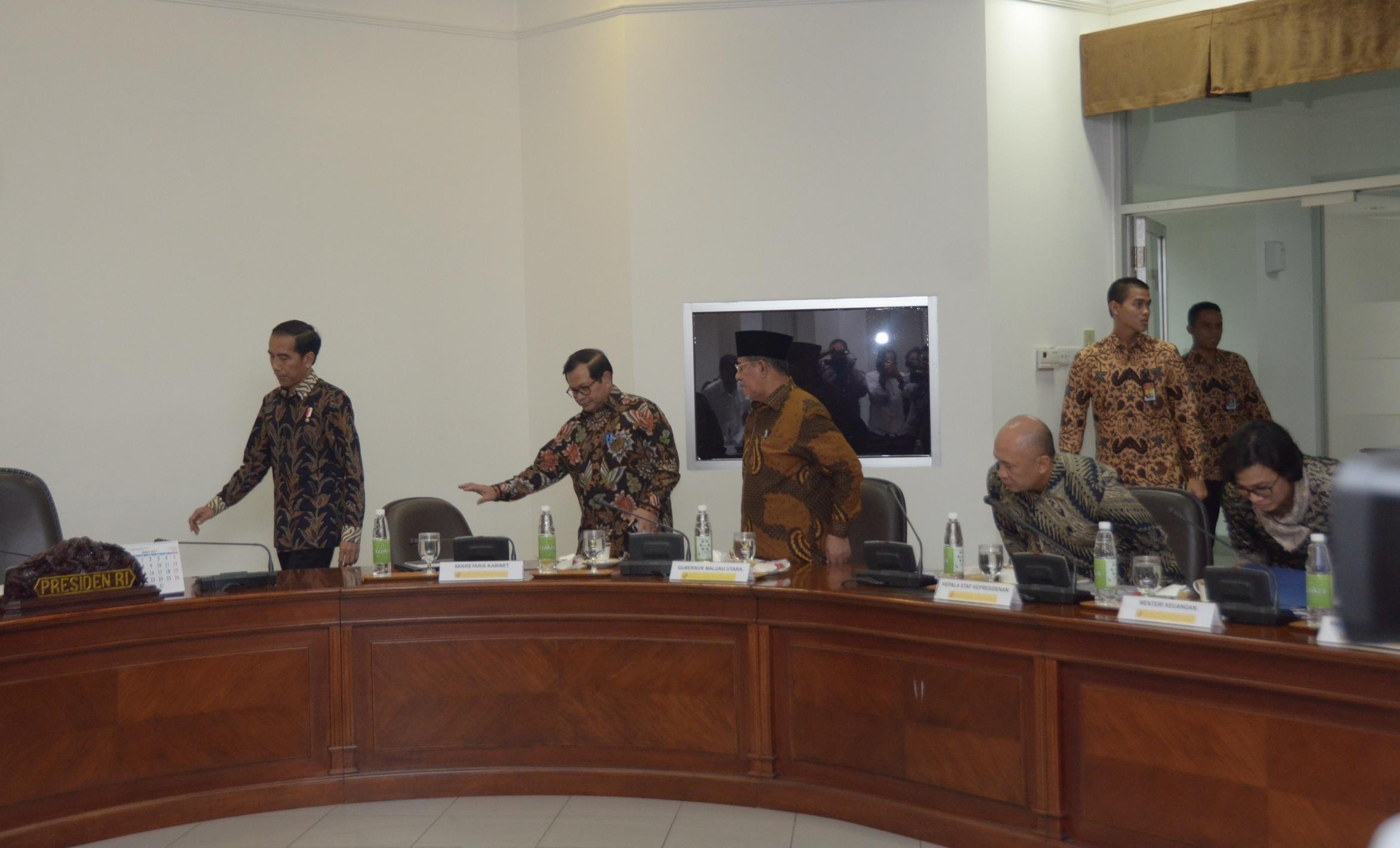 Presiden Jokowi bersiap memimpin rapat terbatas yang dihadiri oleh Gubernur Maluku Utara Abdul Ghani Kasuba (berpeci), di Kantor Presiden, Jakarta, Selasa (28/2) siang. (Foto: JAY/Humas)