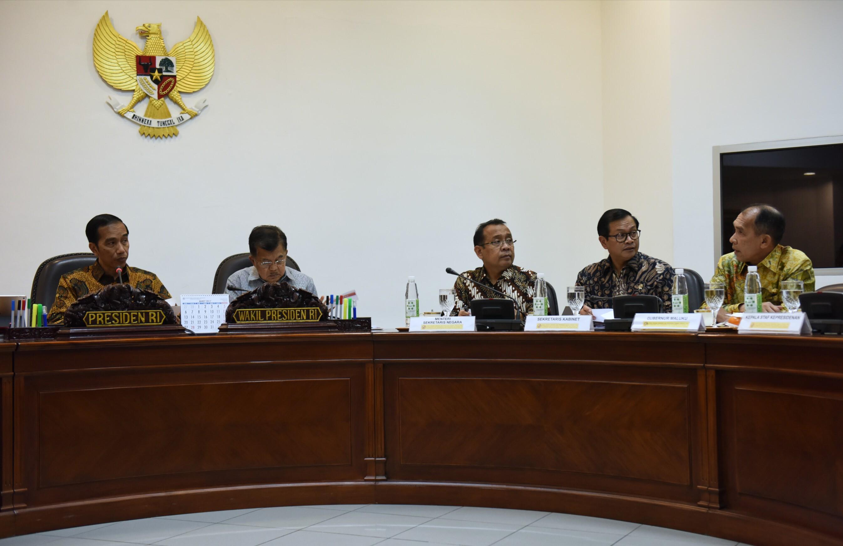 Gubernur Maluku Said Assagaff (batik kuning) mengikuti rapat terbatas yang dipimpin oleh Presiden Jokowi, di Kantor Presiden, Jakarta, Selasa (21/2) siang. (Foto: Deny S/Humas)