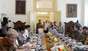 President Jokowi, accompanied by several ministers, enters the Limited Meeting's room, at Bogor Presidential Palace, West Java, on Tuesday (31/1) afternoon (Photo: PR/Deni)
