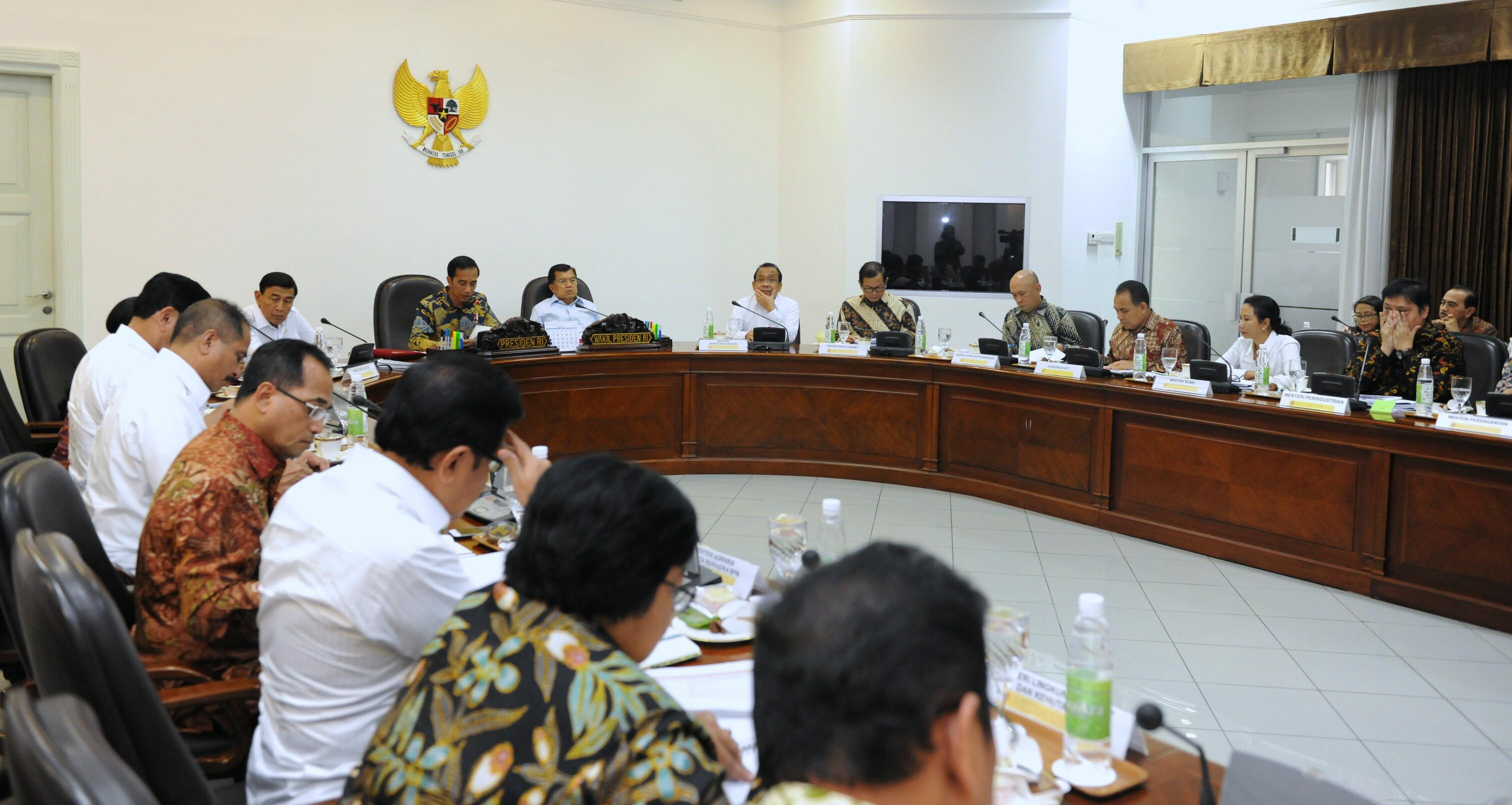 Presiden Jokowi memimpin rapat terbatas tentang Evaluasi Pelaksanaan Proyek Strategis Nasional dan Program Prioritas di Provinsi NTT, di Kantor Presiden, Jakarta, Kamis (16/2) sore. (Foto: Deny S/Humas)