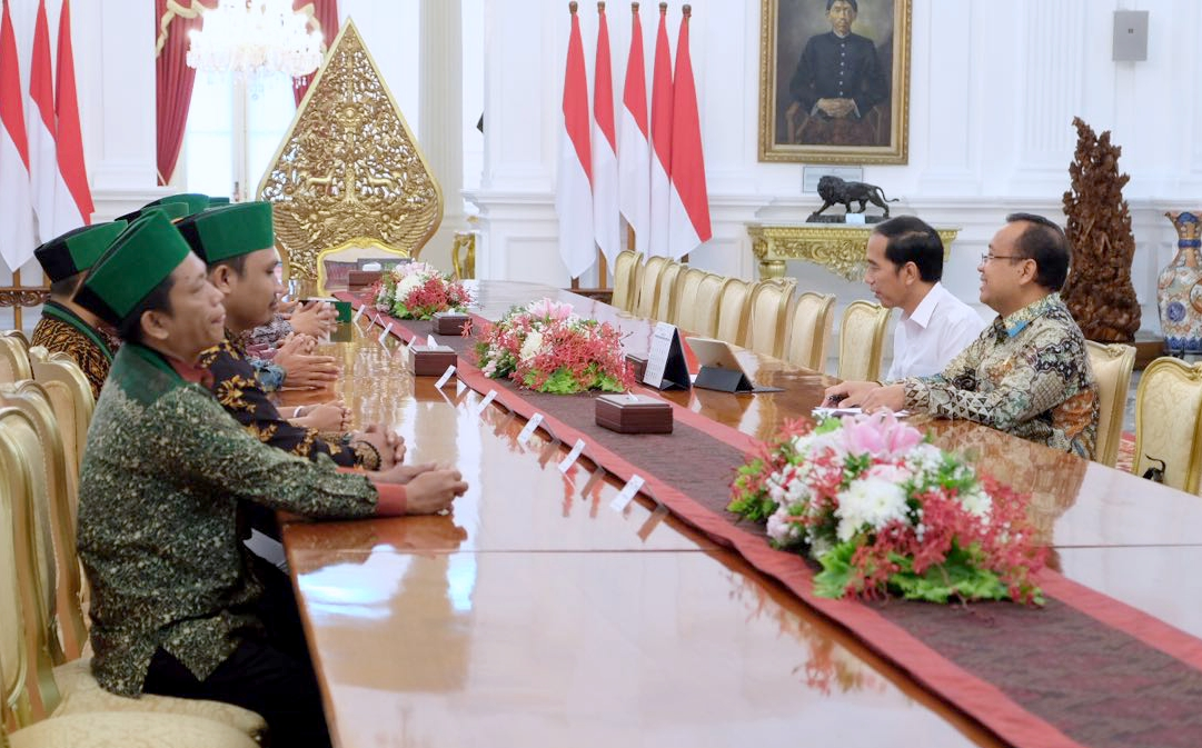 Presiden Jokowi didampingi Mensesneg Pratikno menerima PB HMI, di Istana Merrdeksa, Jakarta, Senin (20/9) siang.