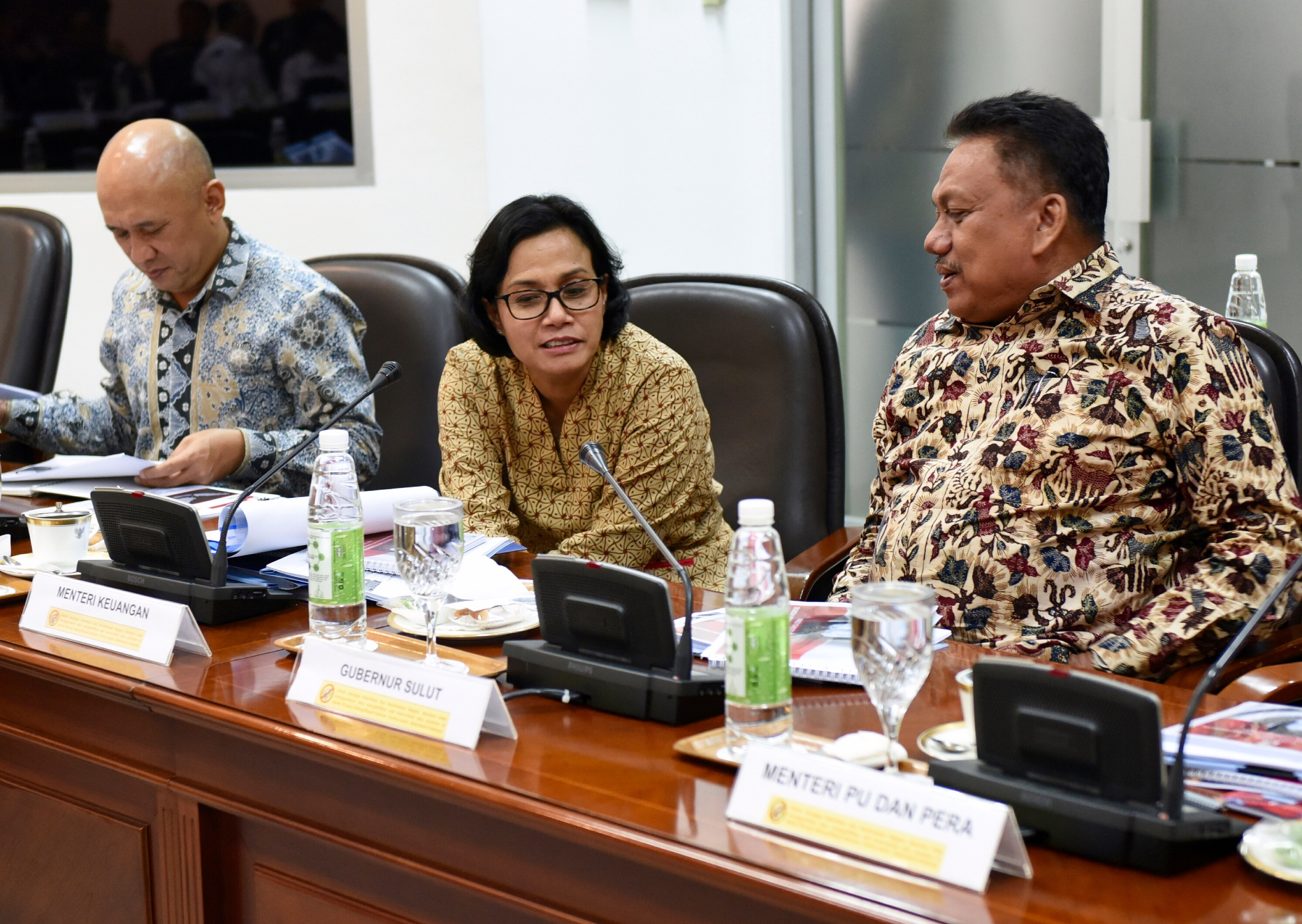 Finance Minister Sri Mulyani speaks with North Sulawesi Governor Olly Dondokambey before a Limited Meeting at the Presidential Office, Tuesday (14/2) afternoon. (Photo: PR/Rahmat)