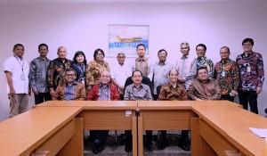 Plt Dirut Pertamina Yenny Andayani (belakang berkacamata) berfoto bersama mantan Dwi Soetjipto (baju putih) dan Ahmad Bambang serta perwakilan pemegang saham, dan jajaran direksi dan komisaris Pertamina, usai penyerhan salinan SK Menteri BUMN, di lantai 7 Kantor Kementerian BUMN, Jakarta, Jumat (3/2) pagi. (Foto: Humas Kementerian BUMN)