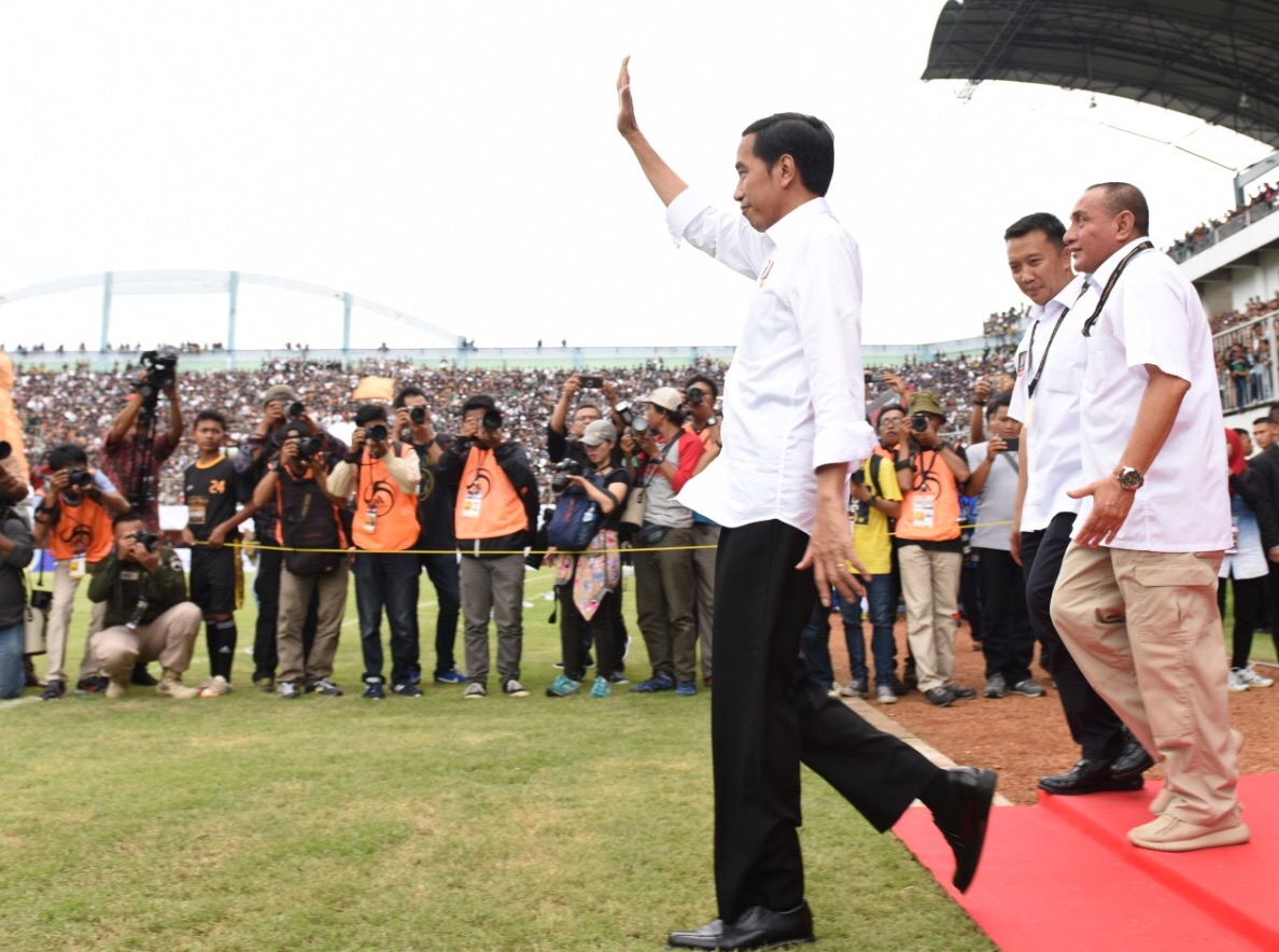 President Jokowi enters the field to kick off the inaugural match of the 2017 President's Cup football tournament between PSS Sleman against Persipura Jayapura, at the Maguwoharjo Stadium, Sleman, Yogyakarta, Saturday (4/2) afternoon. (Photo: PR/Oji)