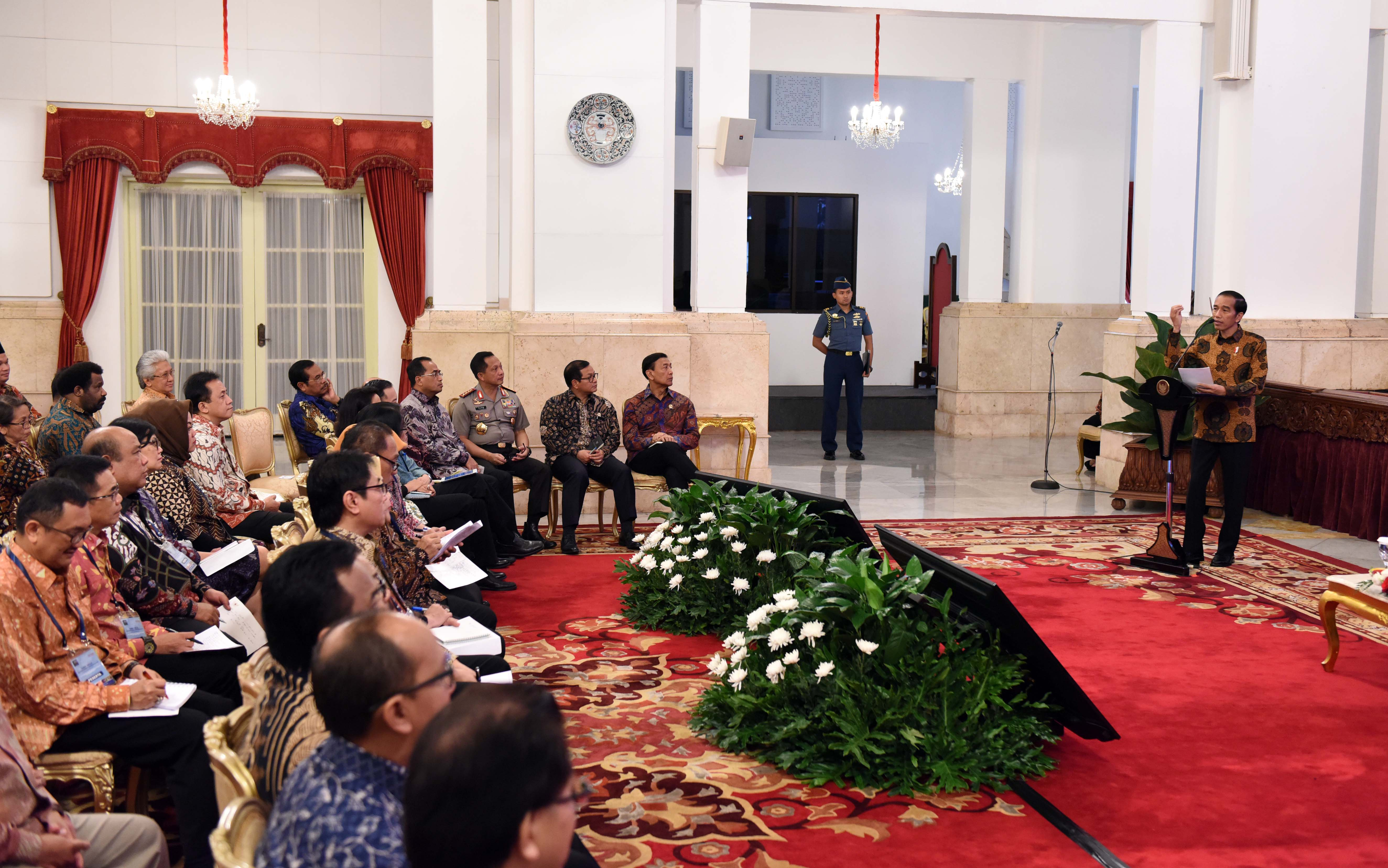 President Jokowi gives directives at the 2017 Working Meeting of Trade Ministry, at the State Palace, Jakarta, Tuesday (21/2) morning. (Photo: JAY/PR)
