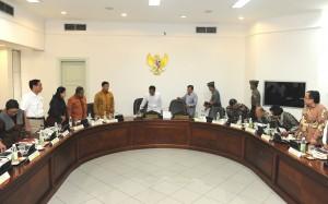 Presiden Jokowi didampingi Wapres Jusuf Kalla sebelum rapat terbatas lanjutan Nation Branding, di Kantor Presiden, Jakarta, Jumat (3/2) siang. (Foto: JAY/Humas)