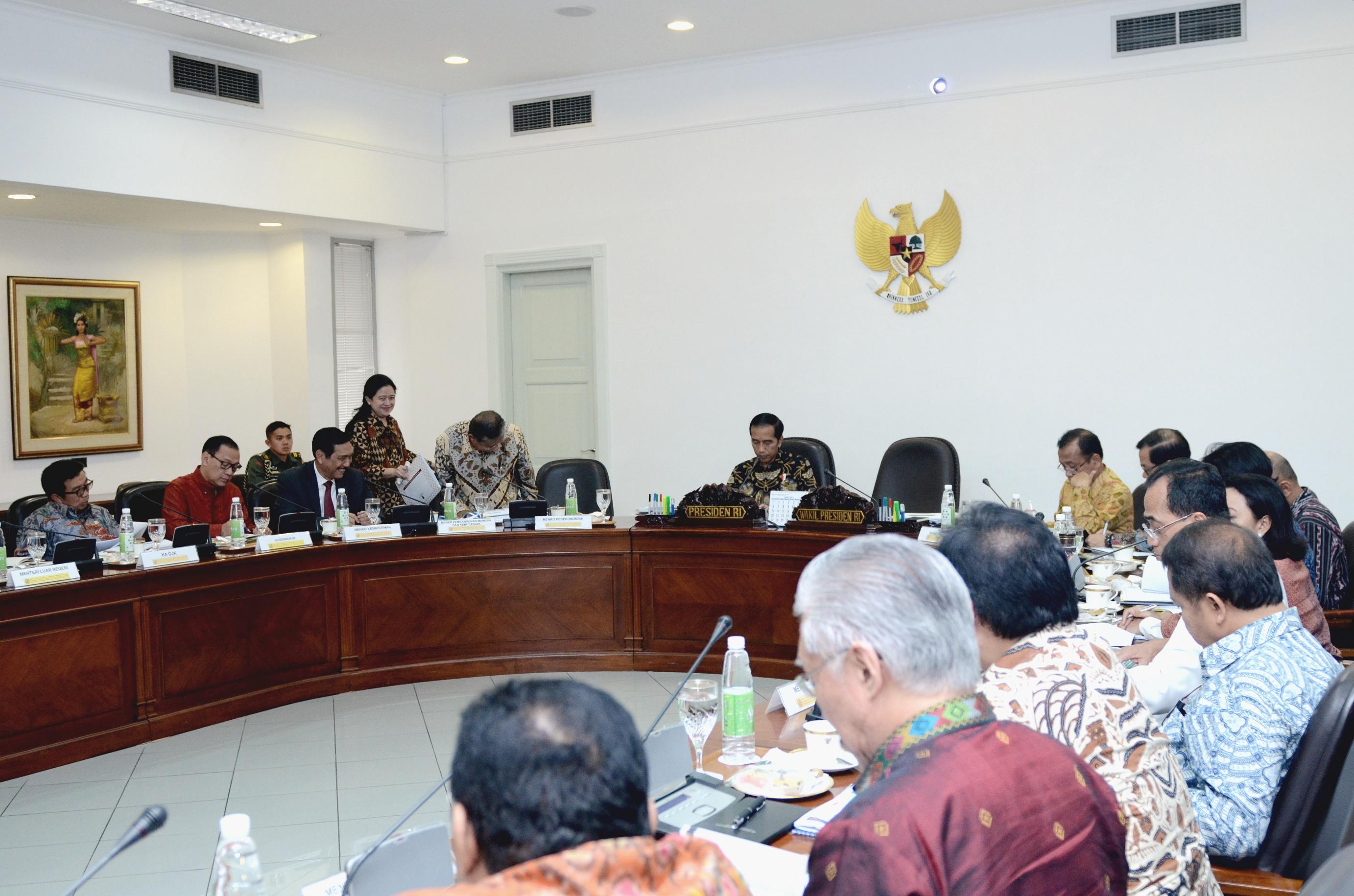 Presiden Jokowi memimpin rapat terbatas pertukaran sistem informasi keuangan, di Kantor Presiden, Jakarta, Rabu (22/2) sore. (Foto: Agung/Humas)