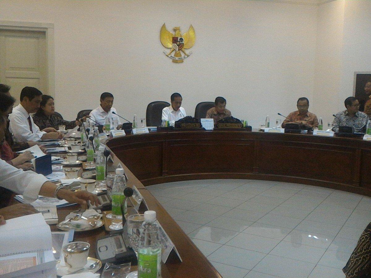 Presiden Jokowi didampingi Wakil Presiden Jusuf Kalla memimpin rapat terbatas tentang Proyek Strategis Nasional, di Kantor Presiden, Jakarta, Selasa (14/2) siang. (Foto: Rahmat/Humas)