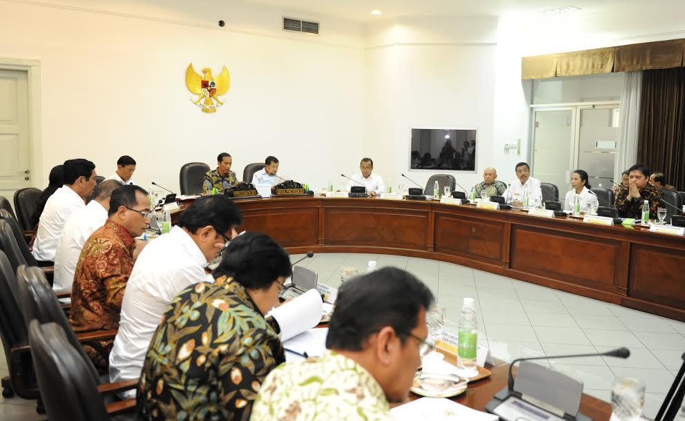 Presiden Jokowi memimpin rapat terbatas tentang Evaluasi Pelaksanaan Proyek Strategis Nasional dan Program Prioritas di Sumatera Utara, di Kantor Presiden, Jakarta, Kamis (16/2) sore. (Foto: JAY/Humas)