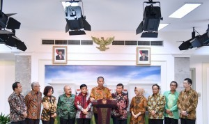 Photo caption: Saldi Isra, Chairman of the Selection Team of KPU and Bawaslu member candidates for the period of 2017-2022, along with members of the Team, deliver a press conference at the Presidential Office, Jakarta, Wednesday (1/2).