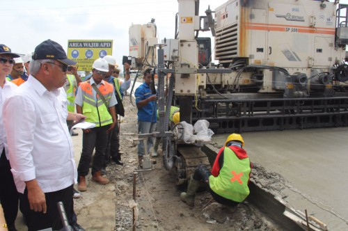 Menteri PUPR Basuki Hadimuljono meninjau progress pembangunan jalan tol Solo - Ngawi, Senin (20/2) siang.