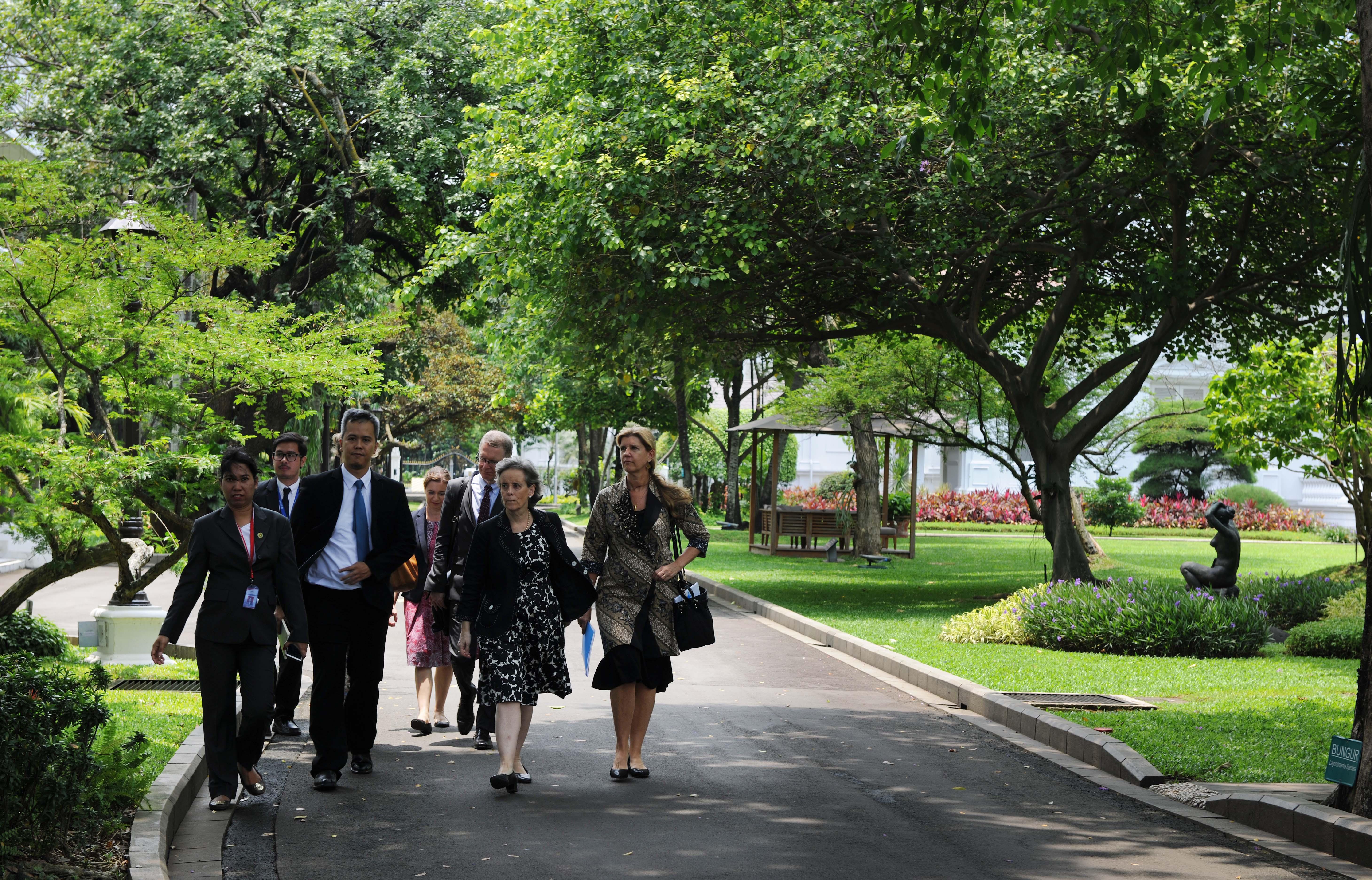 Utusan Khusus Sekjen PBB Marta Santos Pais bersama delegasi UNICEF usai diterima Presiden Jokowi, di Istana Merdeka, Jakarta, Senin (27/2) siang. (Foto: JAY/Humas)