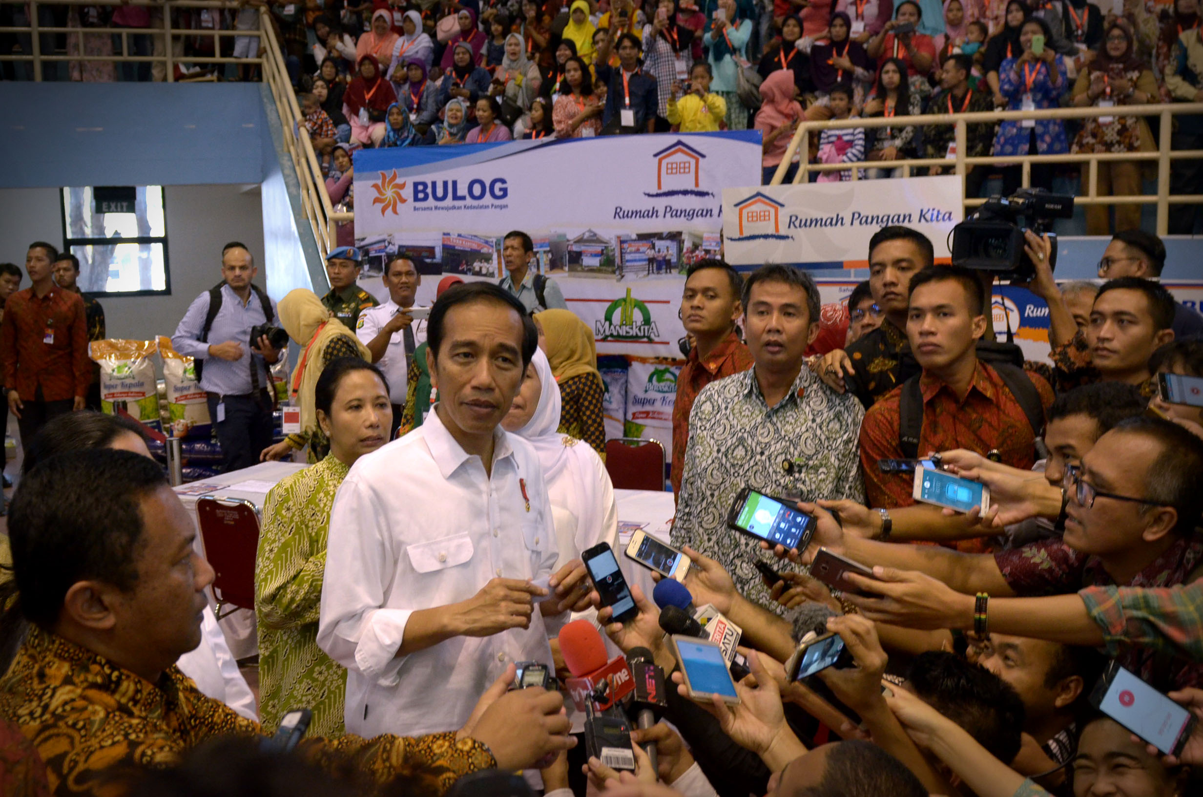 President Jokowi answers questions of journalists after the launching of BPNT, at the Popki Sports Hall, Cibubur, Jakarta, Thursday (23/2). (Photo: PR/Oji)