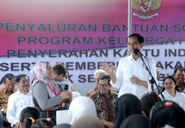 Presiden Jokowi pada penyerahan PKH, KIS, dan PMT di Ambon, Maluku, Rabu (8/2) siang. (Foto: Humas/Agung)