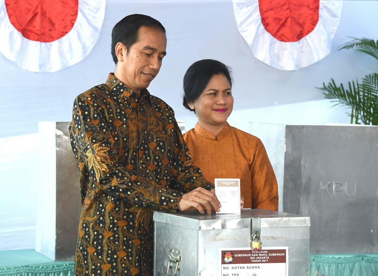 Presiden Jokowi didampingi Ibu Negara menggunakan hak pilihnya pada Pilkada Serentak 2017, di TPS IV Gambir, Jakarta Pusat, Rabu (15/2) pagi. (Foto: BPMI)
