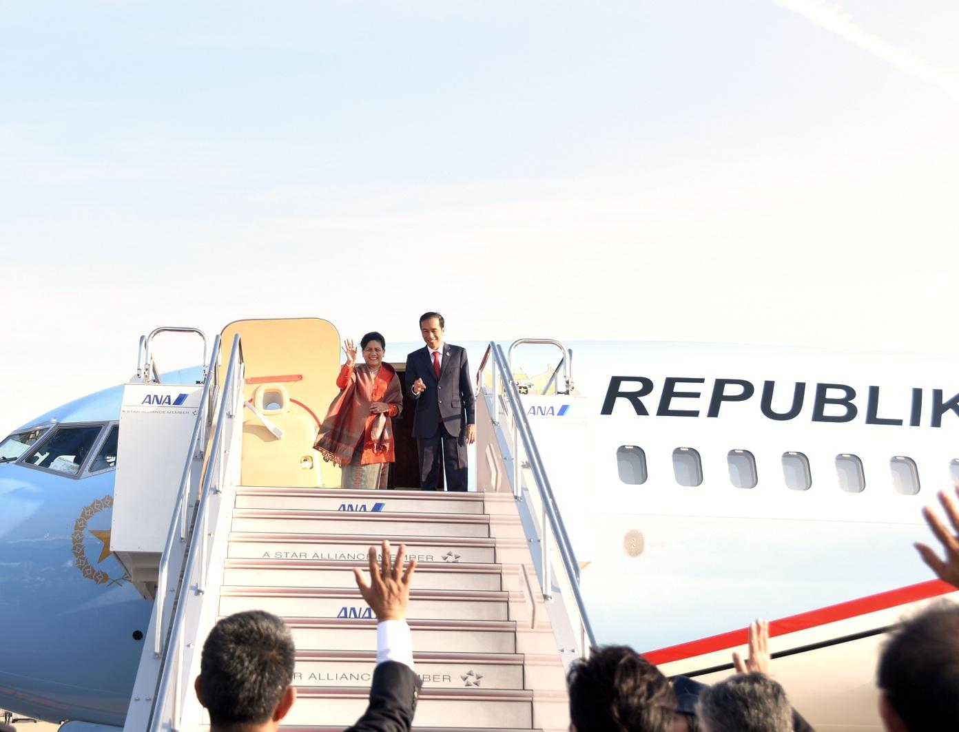 President Joko 'Jokowi' Widodo and First Lady Ibu Iriana Joko Widodo take off to Ambon to attend the Peak Commemoration of the 2017 National Press Day, in Ambon, Maluku, Thursday (9/2) morning.