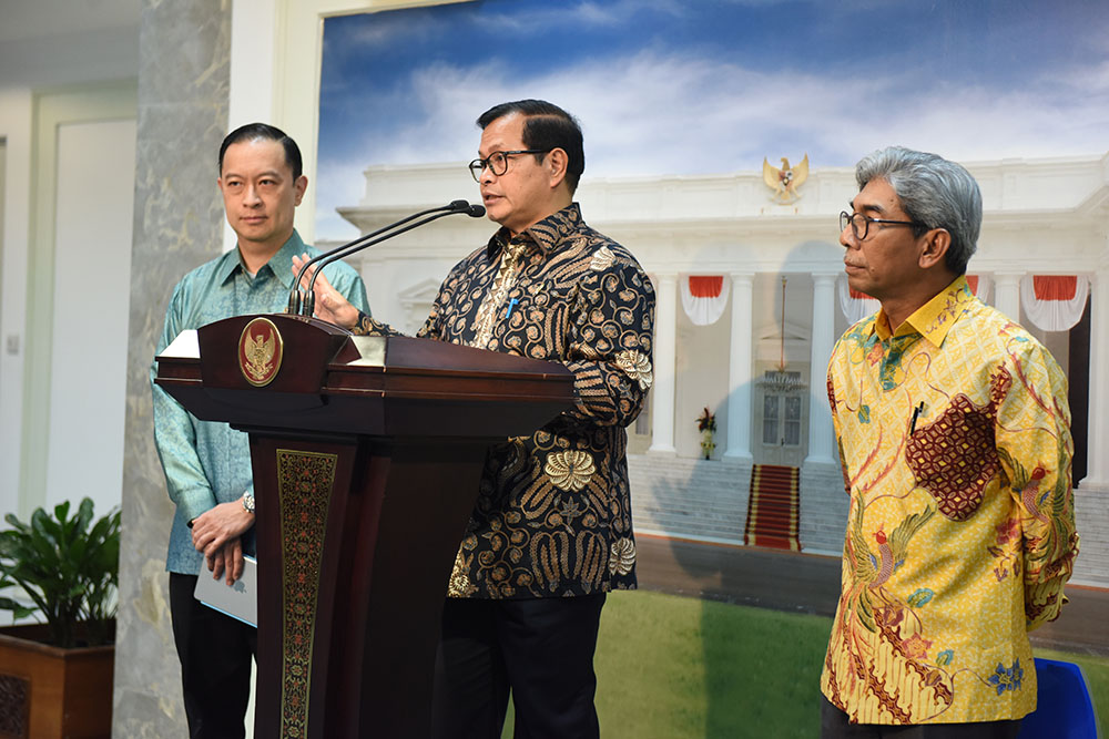 Cabinet Secretary Pramono Anung, accompanied by Deputy Minister of Foreign Affairs and Head of BKPM, delivers a press statement regarding the plan of President Jokowi to visit Australia, at the Presidential Office, Jakarta, on Tuesday (21/2) afternoon. (Photo: Rahmat/PR)