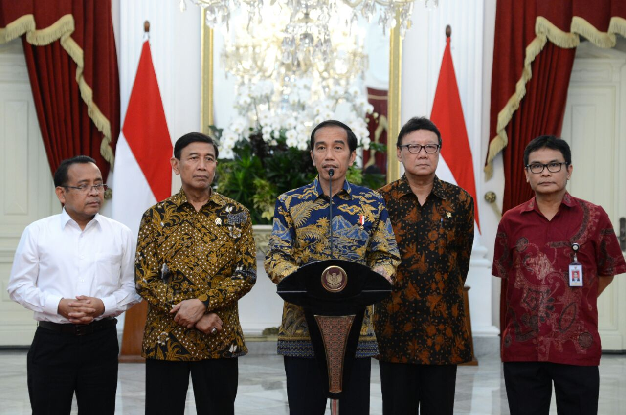 President Jokowi delivers a press statement on 2017 Simultaneous Regional Elections at the Merdeka Palace, Jakarta, Thursday (16/2). (Photo by: Bureau of Press, Media and Information)