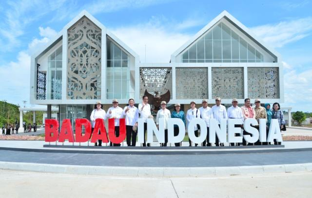 Presiden Jokowi saat meresmikan Pos Lintas Batas Negara (PLBN) Terpadu Nanga Badau, di Kecamatan Badau, Kabupaten Kapuas Hulu, Kalimantan Barat, Kamis (16/3).