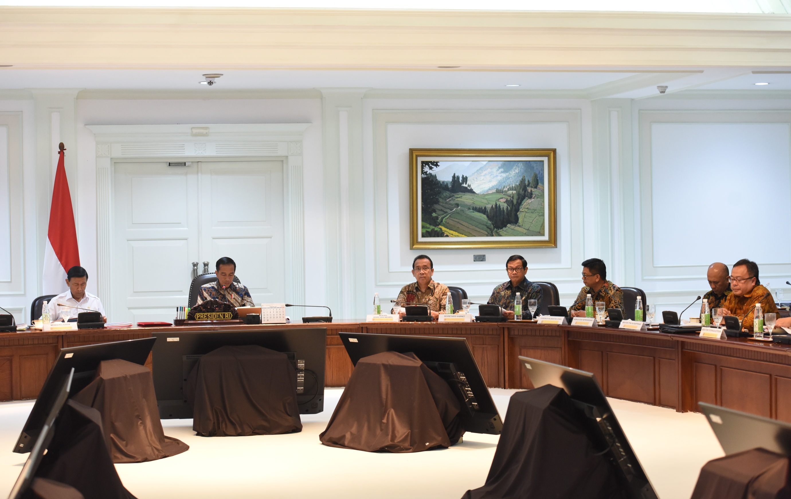 Governor of North Kalimantan Irianto Lambrie attends a limited meeting led by President Jokowi on Tuesday (21/3), at the Presidential Office, Jakarta