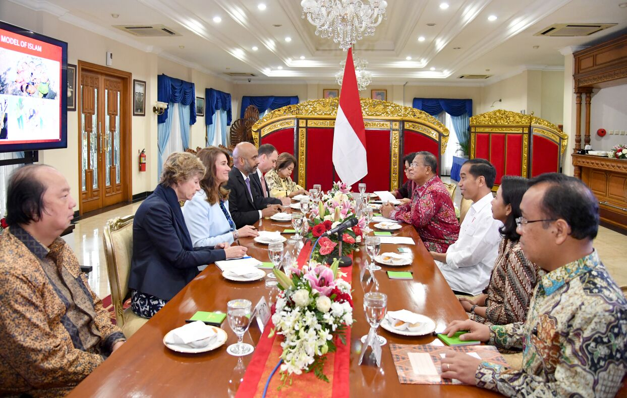 President Jokowi receives Melinda Gates, the Co-Chair and Trustee of the Bill & Melinda Gates Foundation, at the Suma I Waiting Room, Halim Perdanakusuma Air Force Base, Jakarta