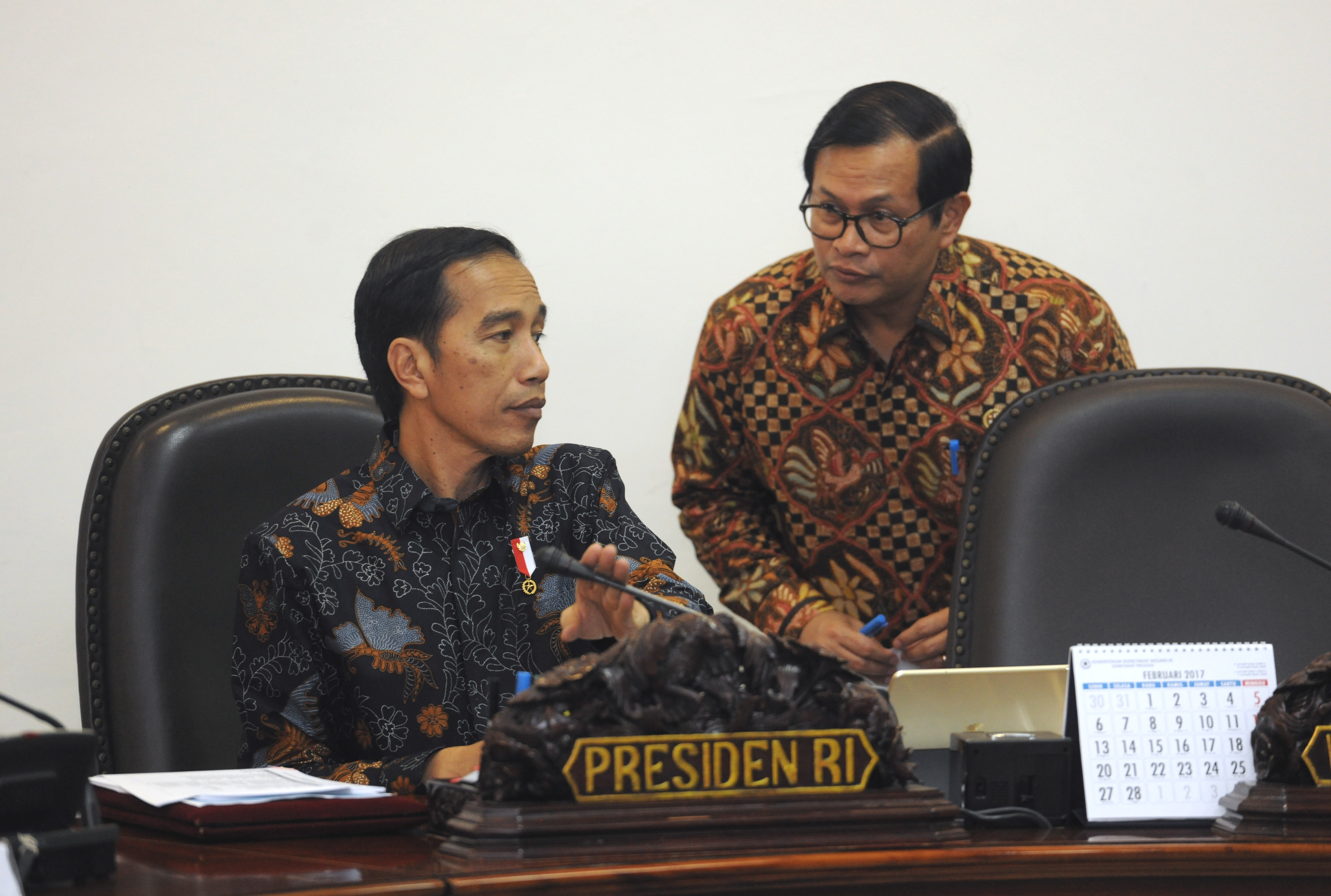 Cabinet Secretary Pramono Anung delivers a report to President Jokowi before a limited meeting on Thursday (9/3), at the Presidential Office, Jakarta