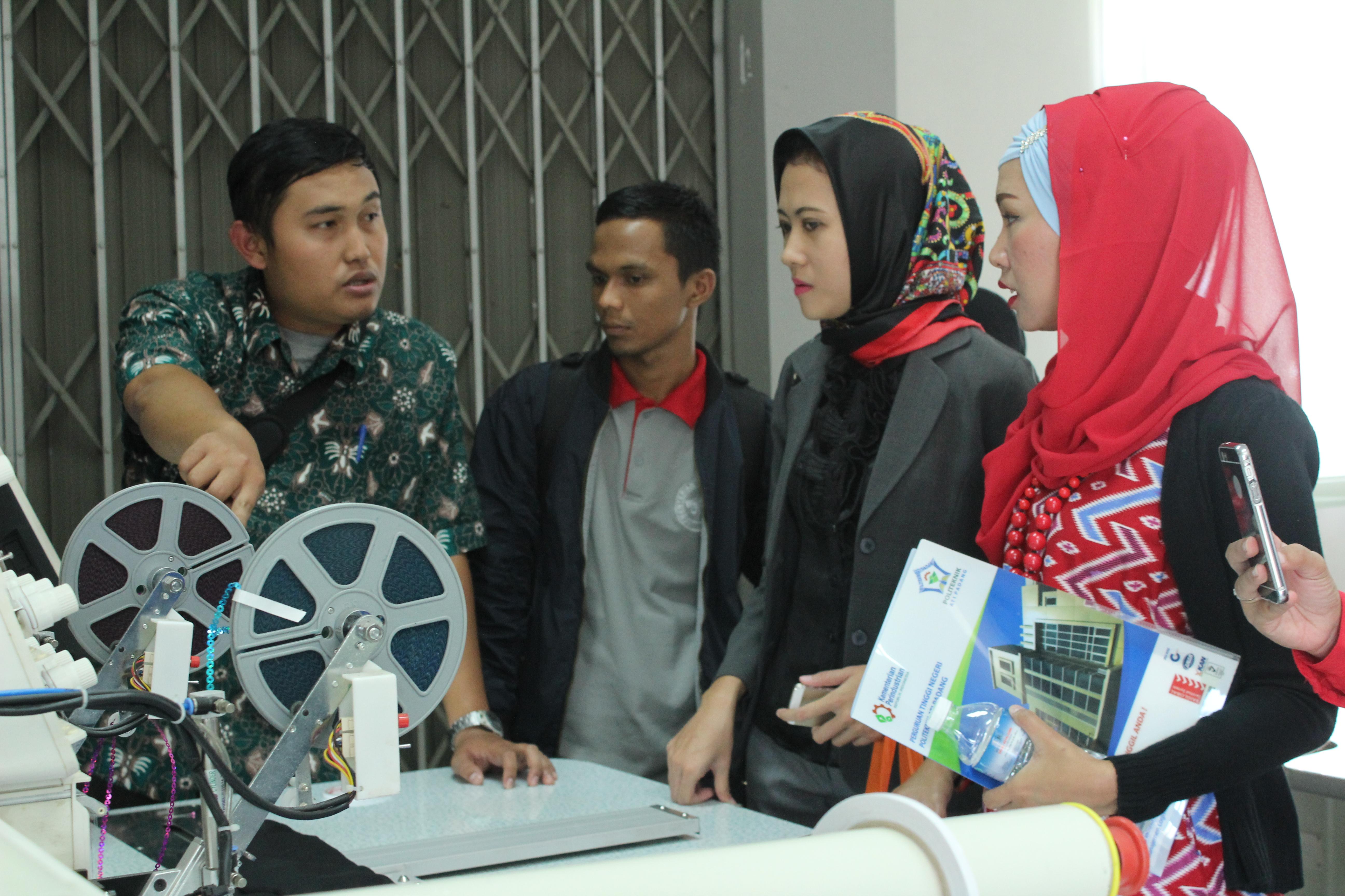 Peserta Forum Tematik Bakohumas mendapat penjelasan dari pengelola Politeknik ATI Padang, di Padang, Sumbar, Kamis (16/3) siang. (Foto: Rahmi/Humas)